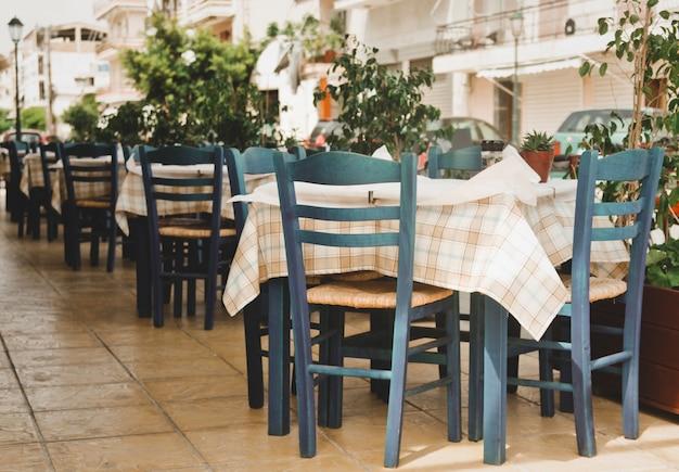 Blaue stühle auf einem griechischen café