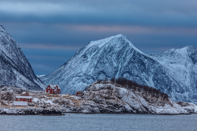 Blaue stunde nach sonnenuntergang in der wintersaison, hamn in senja in norwegen