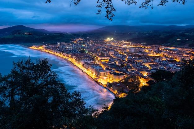Blaue stunde über zarautz, baskenland.