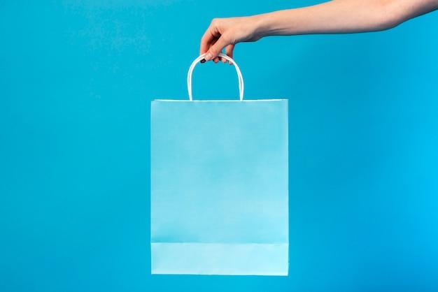 Blaue tasche der nahaufnahme, die gehalten wird