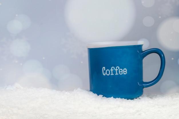 Blaue tasse am ufer des schnees