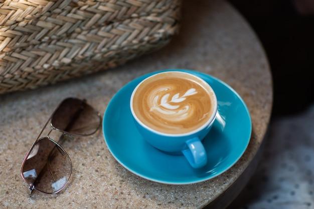 Blaue tasse heißen latte kaffee auf naturhintergrund isoliert. konzept der nahrung an der frischen luft. draufsicht, kopienraum. werbung für café-menü. speisekarte des cafés. horizontales foto.