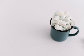 Blaue Tasse mit Marshmallows