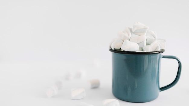 Blaue tasse mit weichen marshmallows