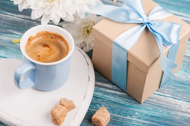 Blaue tasse schwarzen kaffee