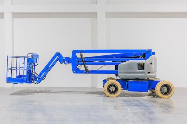 Blaue teleskop-hebebühne mit selbstantrieb