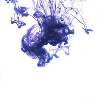 Blaue tinte fiel ins wasser.
