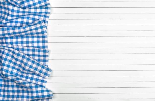 Blaue tischdecke auf hölzerner tabelle