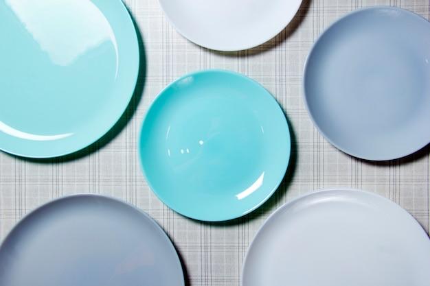 Blaue tischplatten nahaufnahme hintergrund von tellern viele leere teller draufsicht