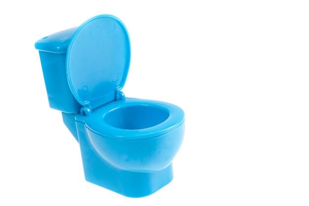 Blaue toilettenschüssel auf weißem hintergrund