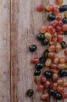 Blaue trauben mit der gesunden ernährung des grünen blattes