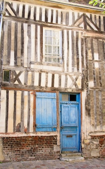 Blaue tür mit fensterladen eines alten traditionellen gebäudes in honfleur normandie frankreich