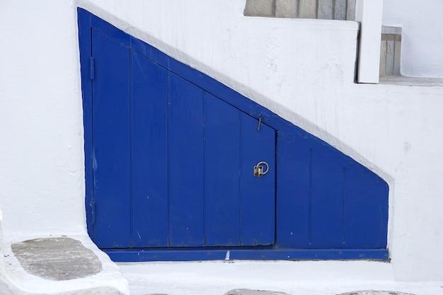 Blaue tür, trapezform des kleinen raumes unter der leiter