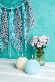 Blaue und cremefarbene aromakerzen
