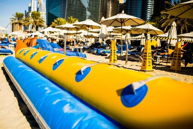 Blaue und gelbe luftröhre zum reiten auf seewellen