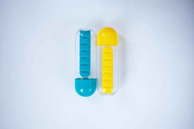 Blaue und gelbe wasserflaschen auf weißem hintergrund