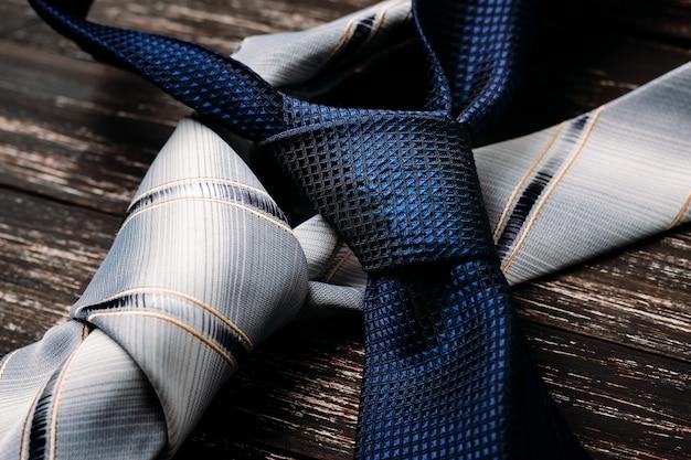 Blaue und graue krawatten auf hölzernem hintergrund