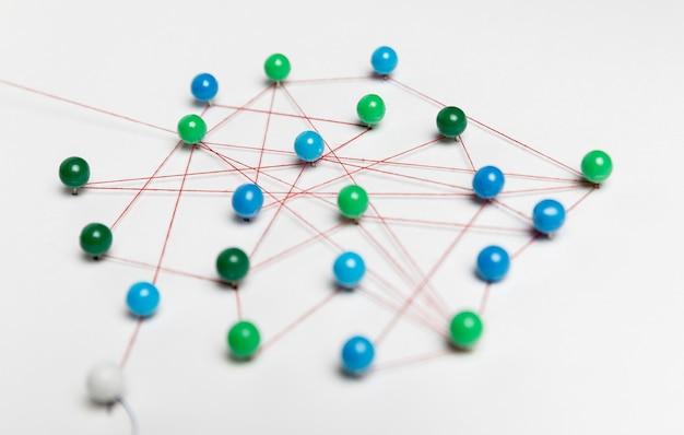 Blaue und grüne stecknadeln mit faden für die streckenkarte