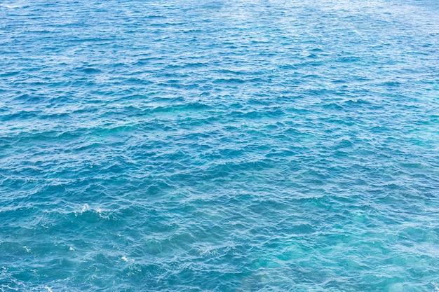 Blaue und helle wasseroberfläche des atlantischen ozeans. cooler hintergrund.