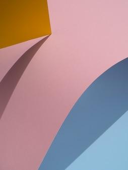 Blaue und rosa abstrakte papierformen mit schatten