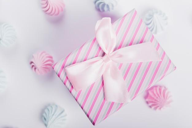 Blaue und rosa schlagsahne um die geschenkbox gebunden mit satinband