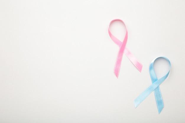 Blaue und rosa symbolische bänder