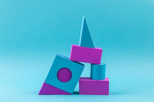 Blaue und violette geometrische formen auf blau