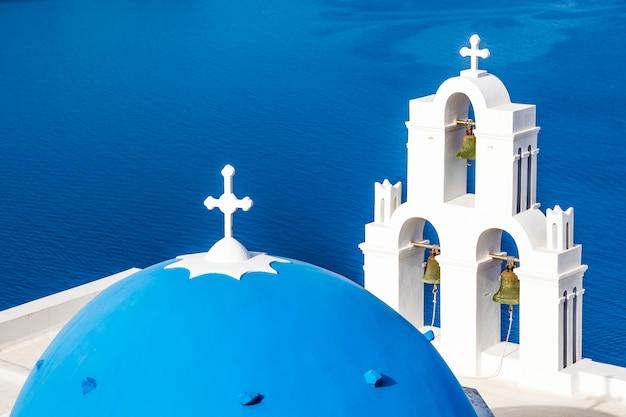Blaue und weiße architektur in santorini, griechenland