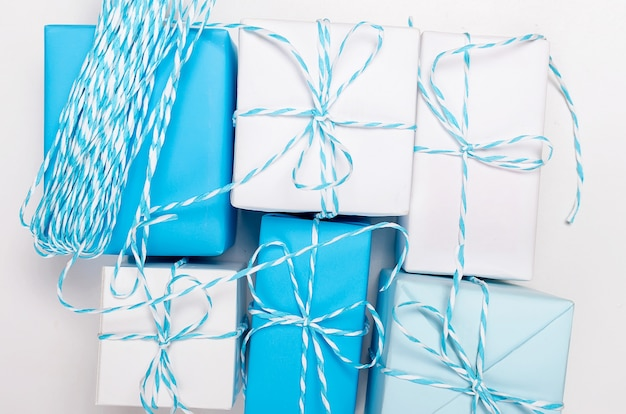 Blaue und weiße geschenkboxen mit band