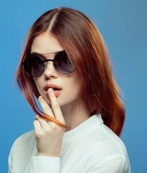Blaue wand der stilvollen brille der frau