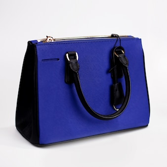 Blaue weibliche tasche auf einem weißen hintergrund