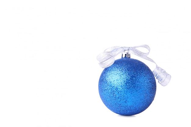 Blaue weihnachtskugel mit farbband auf weißem hintergrund