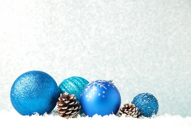 Blaue weihnachtskugeln auf silbernem hintergrund