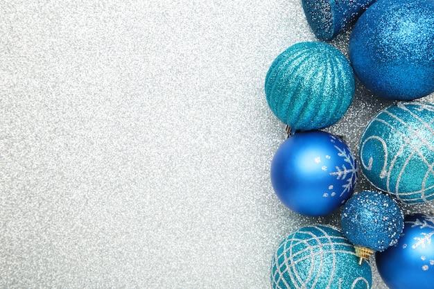 Blaue weihnachtskugeln. draufsicht.