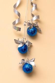 Blaue weihnachtskugeln und serpentin