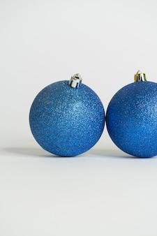 Blaue weihnachtskugeln weißer hintergrund und letzte glänzende kugel
