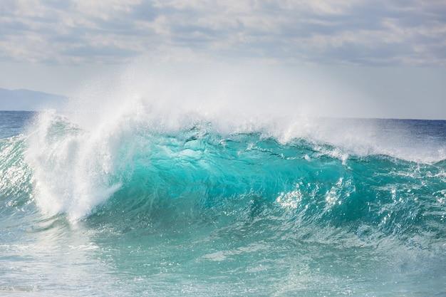 Blaue welle am strand.