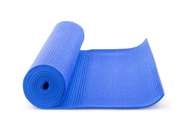 Blaue yogamatte auf dem hintergrund