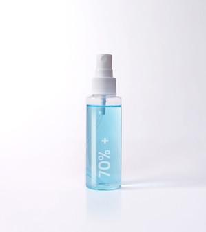 Blauer alkohol 70% + flaschenspray isoliert mit clipping-pfad. covid-19-konzept.