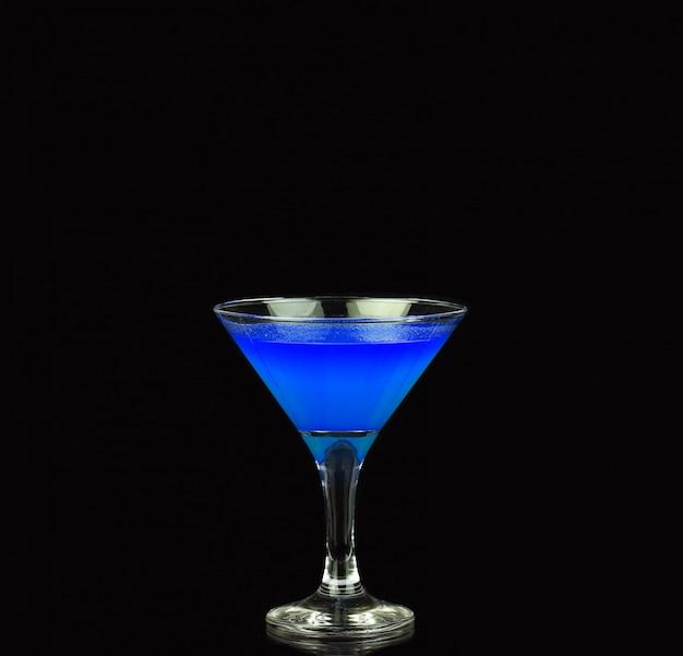 Blauer alkoholischer cocktail auf dem schwarz Premium Fotos