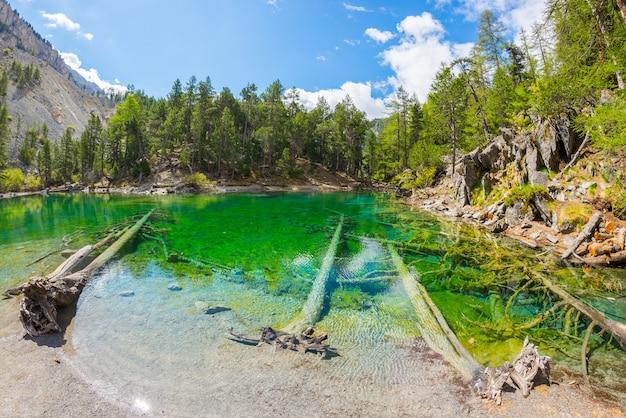 Blauer alpiner see der großen höhe in der sommerzeit