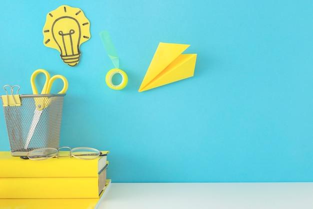 Blauer arbeitsplatz für kreativität und neue ideen