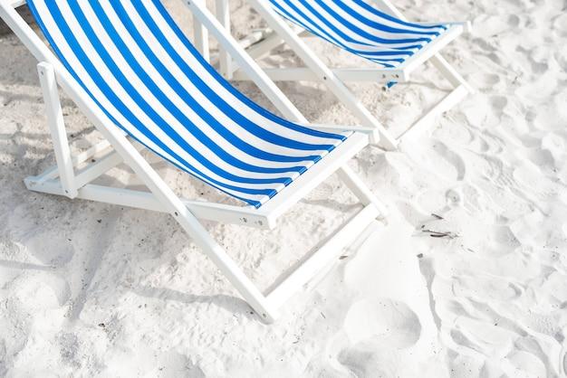 Blauer aufenthaltsraum auf dem strand, sommerkonzept