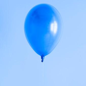 Blauer ballon mit kopienraum