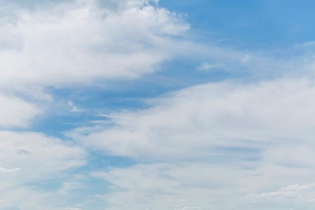 Blauer bewölkter himmel an einem klaren sonnigen tag. hintergrund. platz für text.