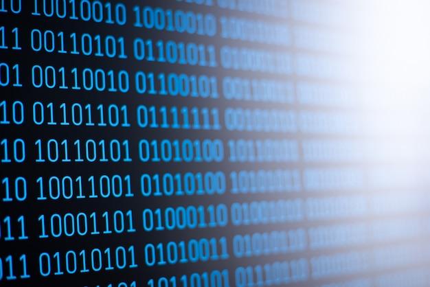 Blauer binärcode auf dem bildschirm des computers
