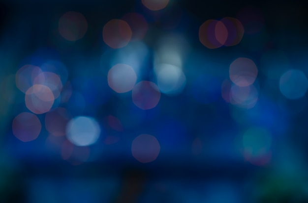 Blauer bokeh abstrakter hintergrund. rosa unschärfe dunkelviolett