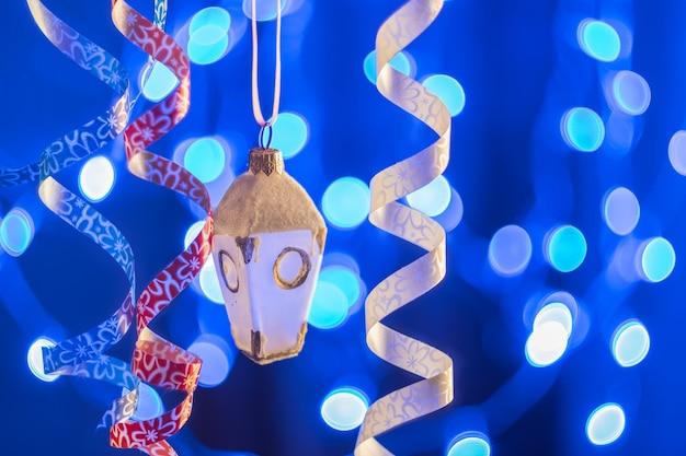 Blauer bokehhintergrund mit ball, weihnachten und neujahrsfeiertag, selektiver fokus