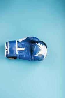 Blauer boxhandschuh