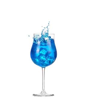 Blauer cocktail mit spritzer auf weiß